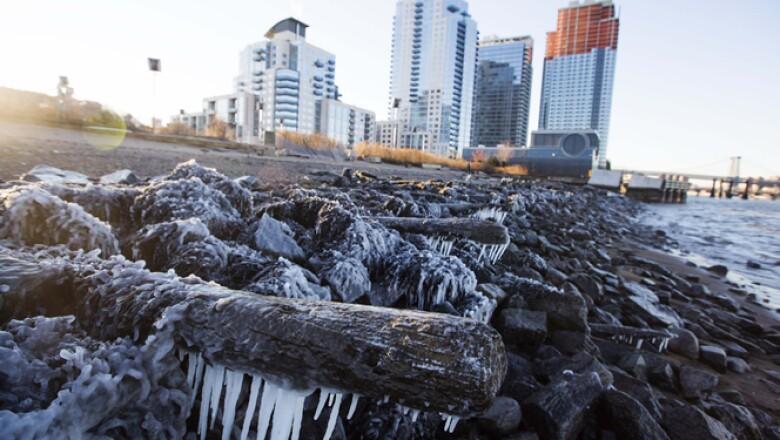 La orilla del East River se congeló  por las inusuales bajas temperaturas en Nueva York.
