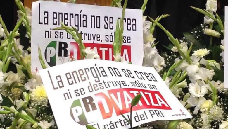 """Junto con las flores los diputados colocaron mensajes en memoria de lo que llamaron la """"PRIvatización"""" de Pemex."""