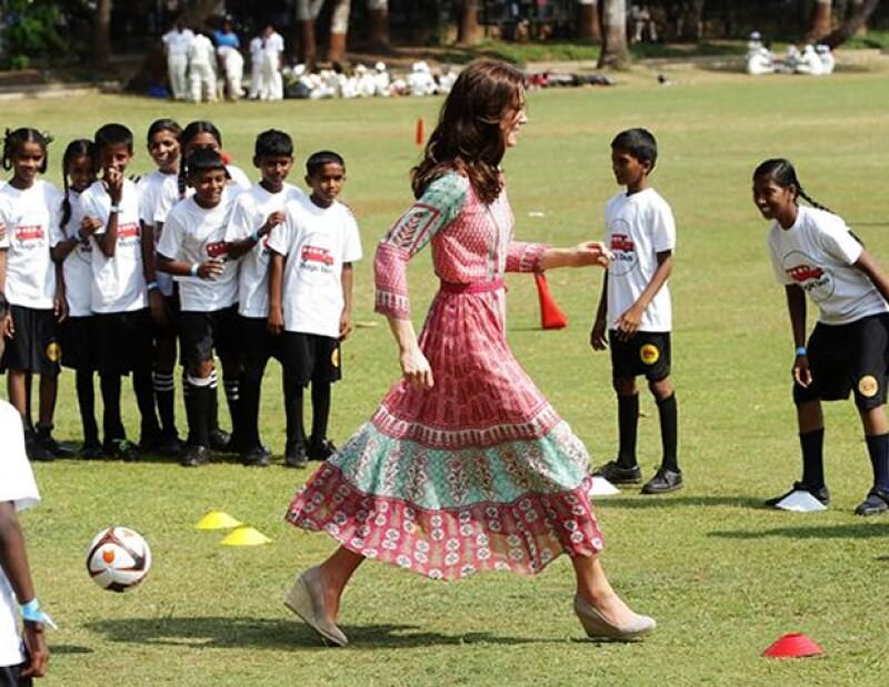 La futura reina se vió muy activa jugando criquet con los niños