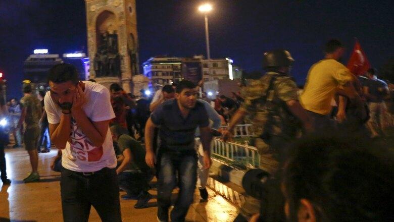 En Estambul se han registrado disparos al aire con el fin de dispersar a la multitud que se ha congregado en apoyo al presidente.