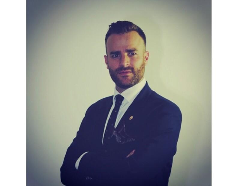 Max Villegas, experto en moda masculina, nos explica cómo ha ido cambiando el estilo del caballero perfecto con el paso de las décadas y por qué la elegancia y personalidad son básicas en un dandy.