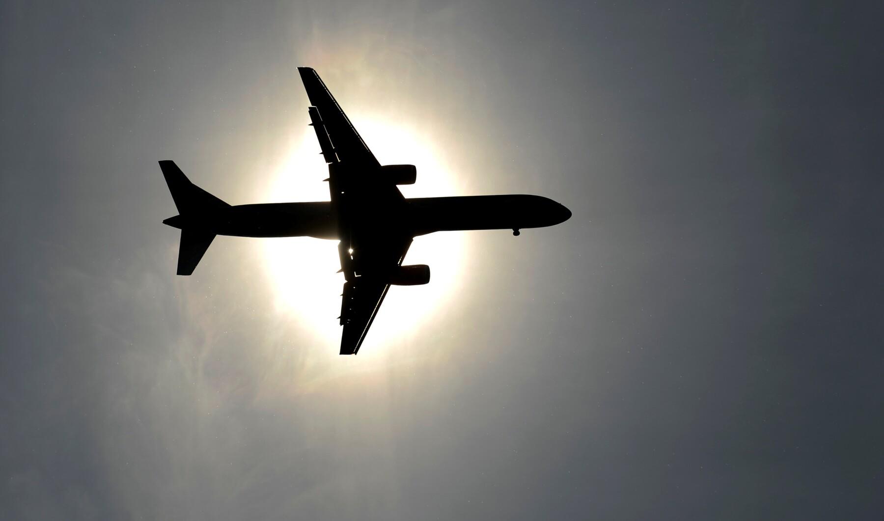 Aeroméxico dijo que durante los próximos meses dejará de cobrar cargos a pasajeros que hagan cambios en algunas de sus rutas.