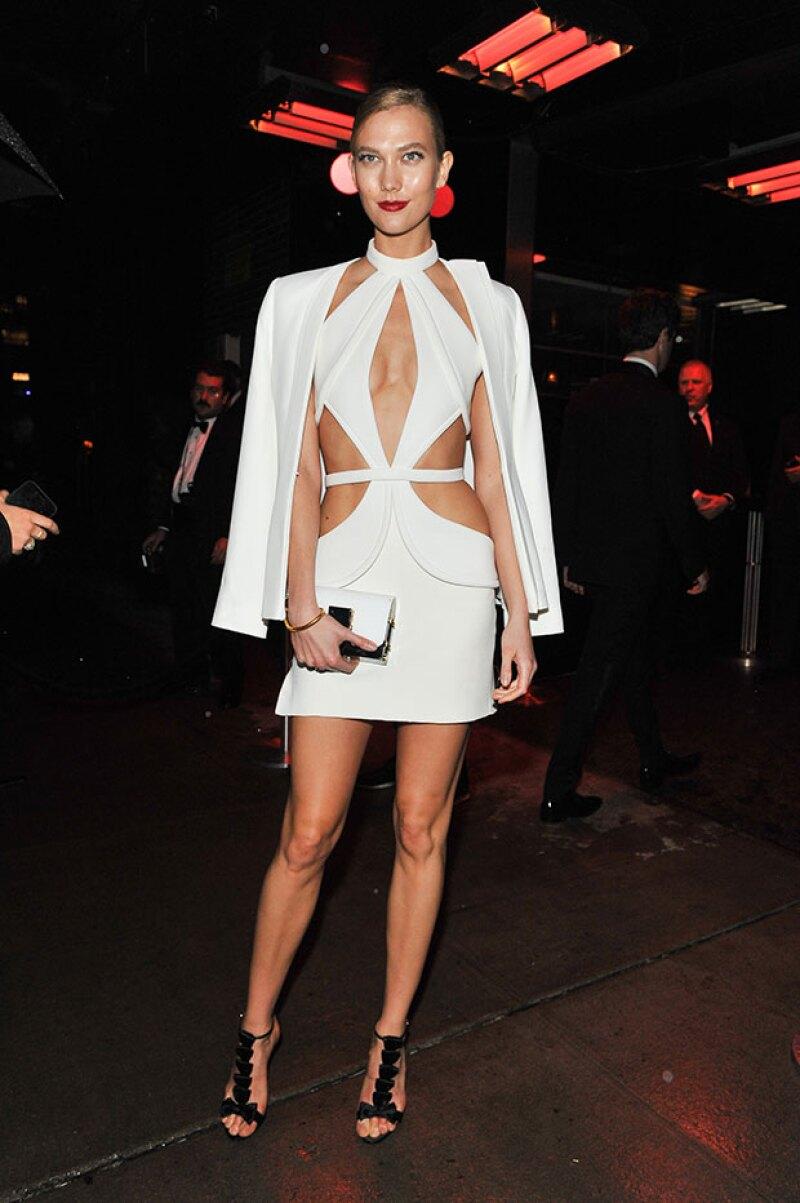Una mancha en el vestido obligó a la top model a cortar su vestido.