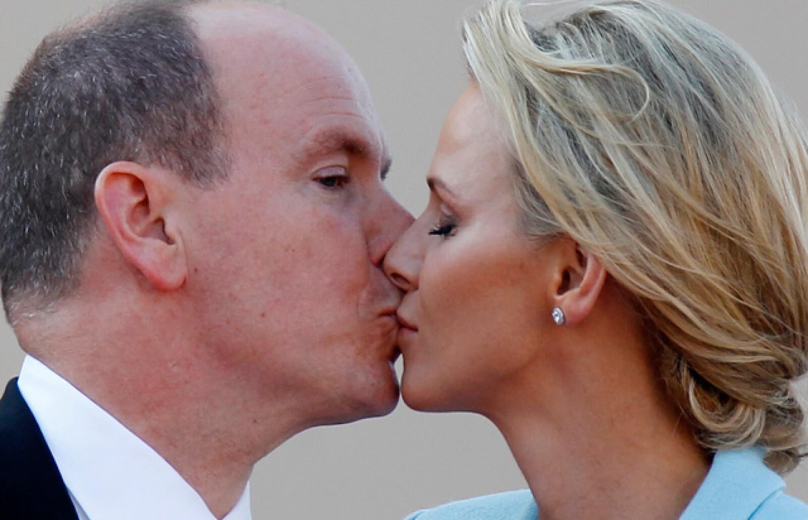 Otra imagen del beso, donde Alberto parece estar más atento a la foto.