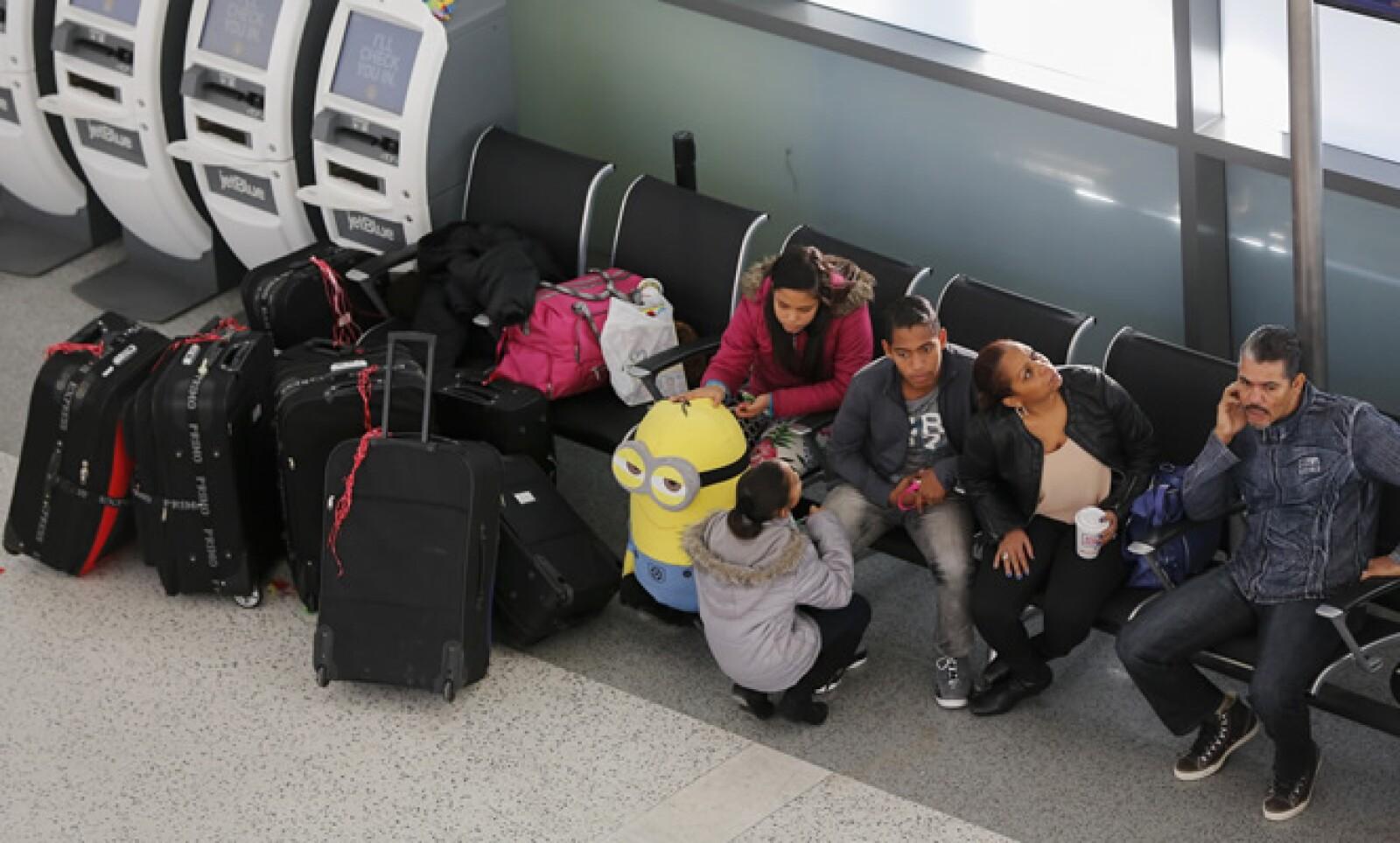 Unos 4,392 vuelos fueron cancelados y otros 3.577 demorados, de acuerdo a FlightAware.com, que informa sobre la actividad de las aerolíneas.