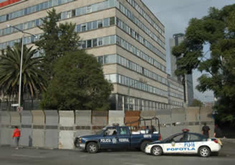 Las vallas metálicas de más de dos metros de altura resguardan el edificio principal de la Compañía de Luz y Fuerza del Centro. (Foto: Notimex)