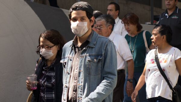 Capitalinos continúan utilizando medidas de protección para no contagiarse del Coronavirus.