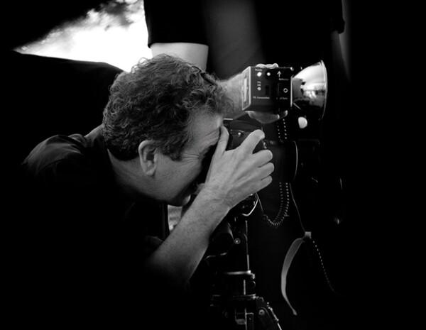 El fotógrafo peruano es conocido por capturar los momentos más íntimos de las personas tras la lente.