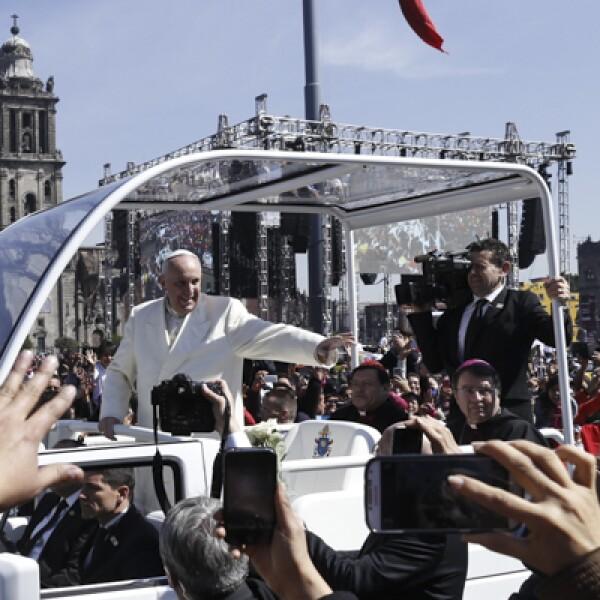 El obispo de Roma salió de la Catedral y saludó a todos sus fieles antes de volver a la Nunciatura.