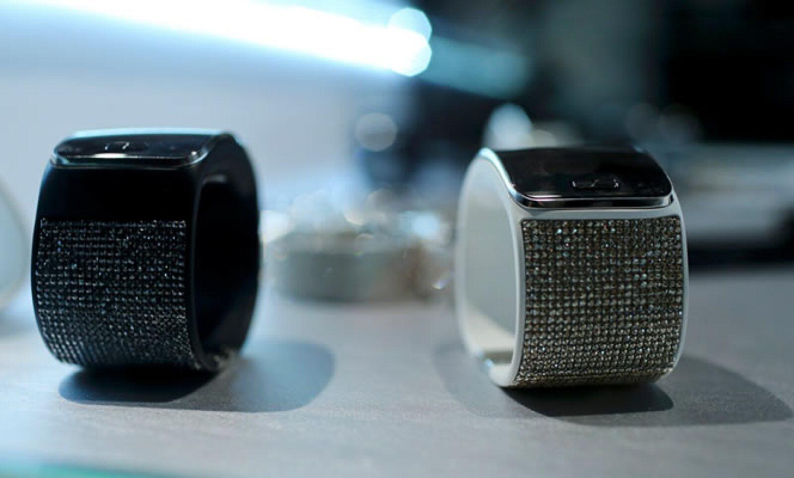Este smartwatch tiene una pantalla curvay permite ver los mensajes y las redes sociales. Algunos de estos nuevos smartwatch tendrán cristales Swarovski.