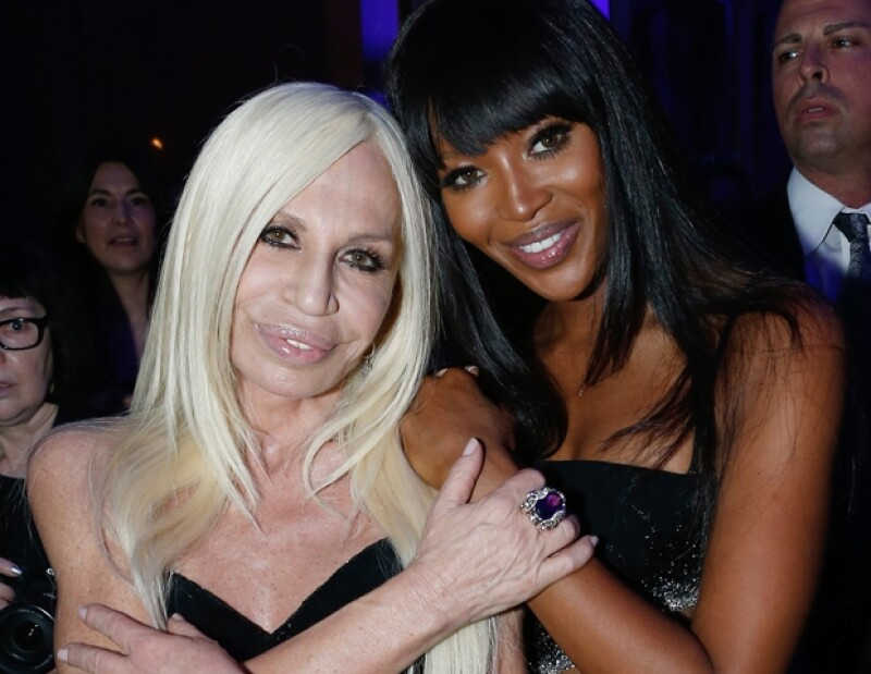 Naomi Campbell y Donatella Versace se abrazan con cariño.