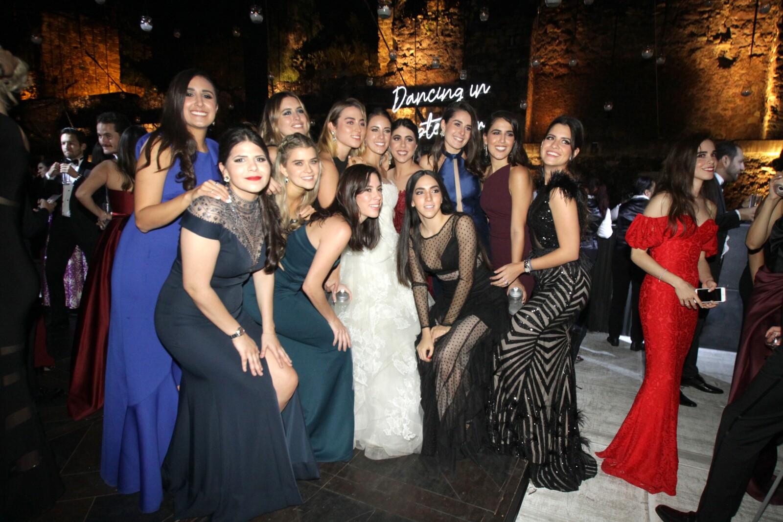 La novia con algunas de sus amigas.JPG
