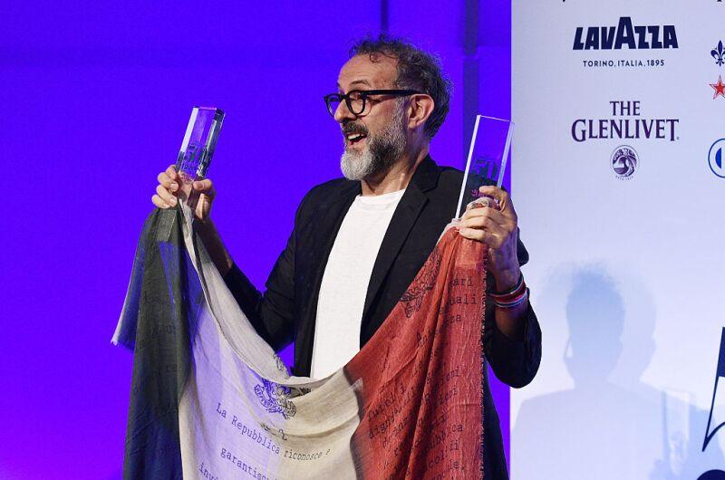 El chef italiano aceptando el premio otorgado por los Mejores Restaurantes