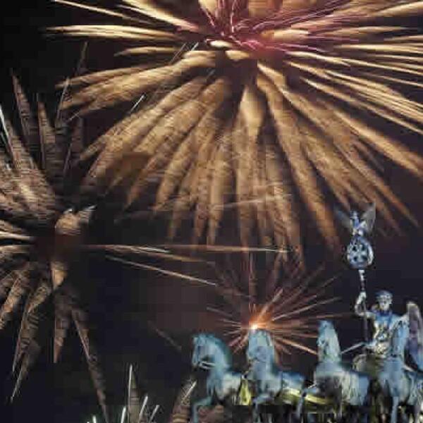 Luces artificiales adornan la escultura Quadriga encima de la puerta de Brandenburgo, en medio de las celebraciones alemanas por la llegada del 2014.