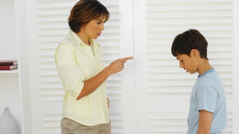 madre hijo regaño parenting