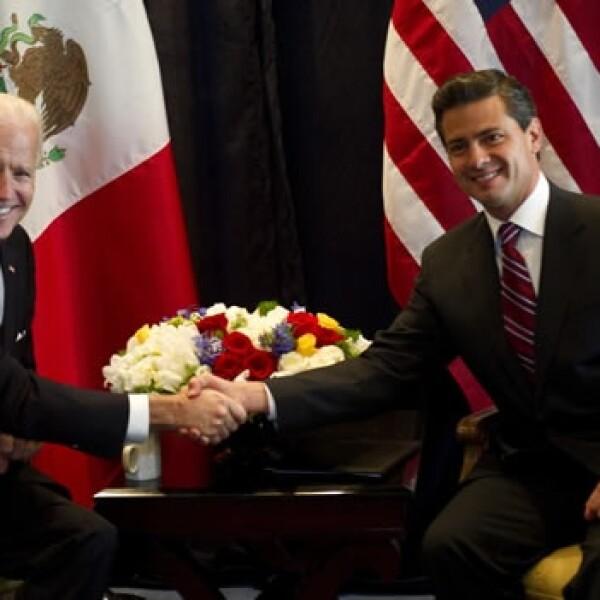 Joe Biden saluda a Enrique Peña Nieto
