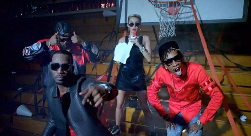Por si no se han cansado de Cyrus, ahora la cantante junto a su supuesto nuevo amor Mike Will Made It, Juicy J y Wiz Khalifa, lanzaron un nuevo clip donde ella acapara las miradas.