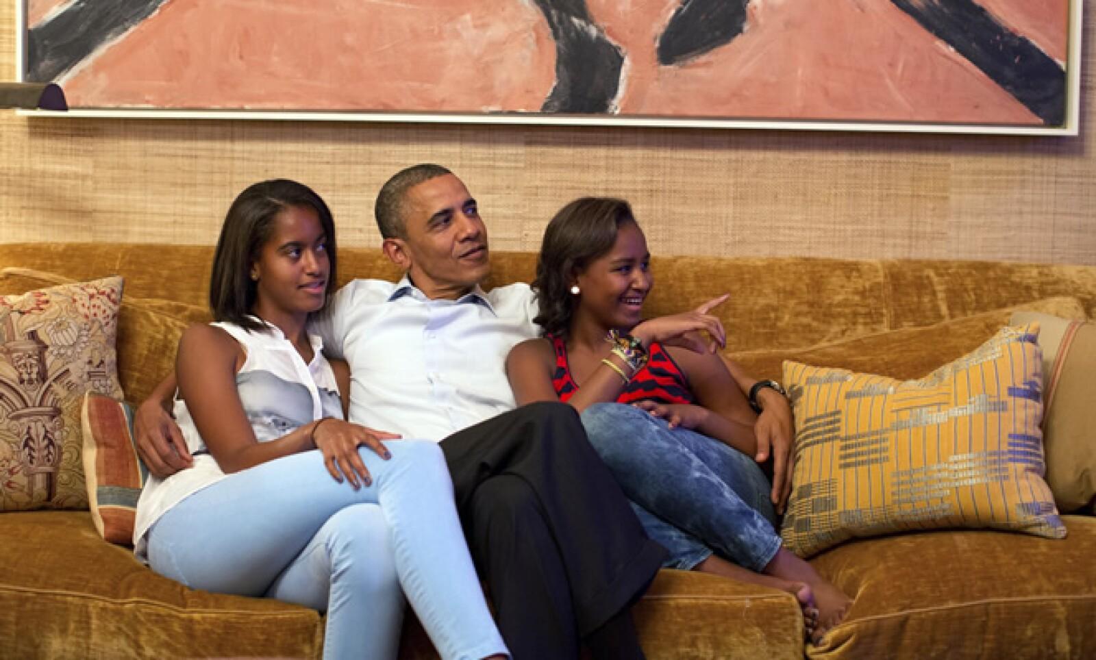 La Casa Blanca distribuyó el año pasado esta fotografía del presidente Barack Obama abrazando a sus dos hijas, Malia y Sasha.