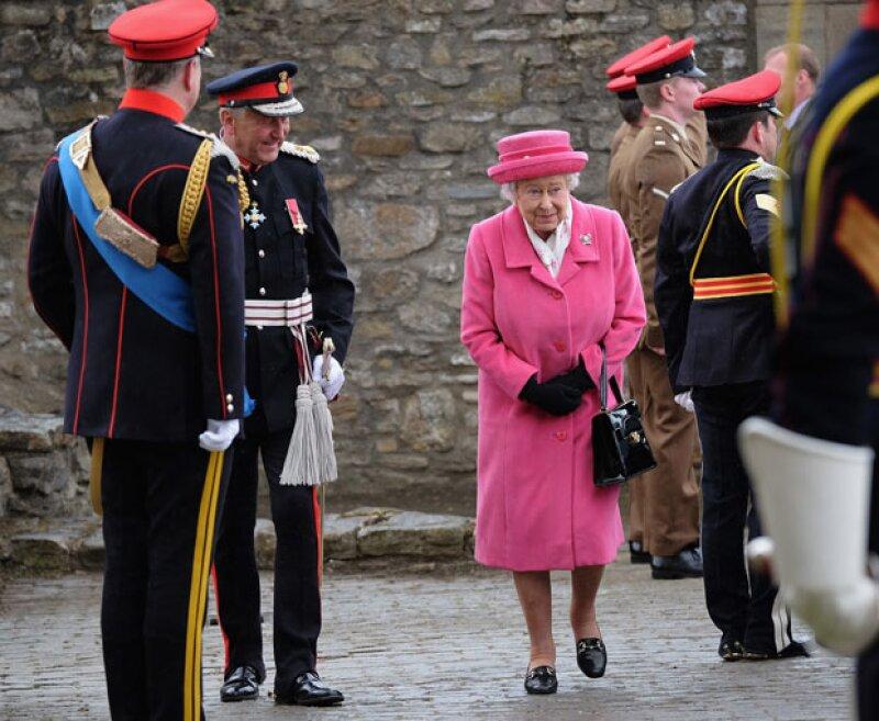 Hace apenas un día que la hija de los duques de Cambridge llegó a este mundo, por lo que su bisabuela es toda sonrisas y le rinde tributo vistiéndose de rosa, al igual que la capital británica.