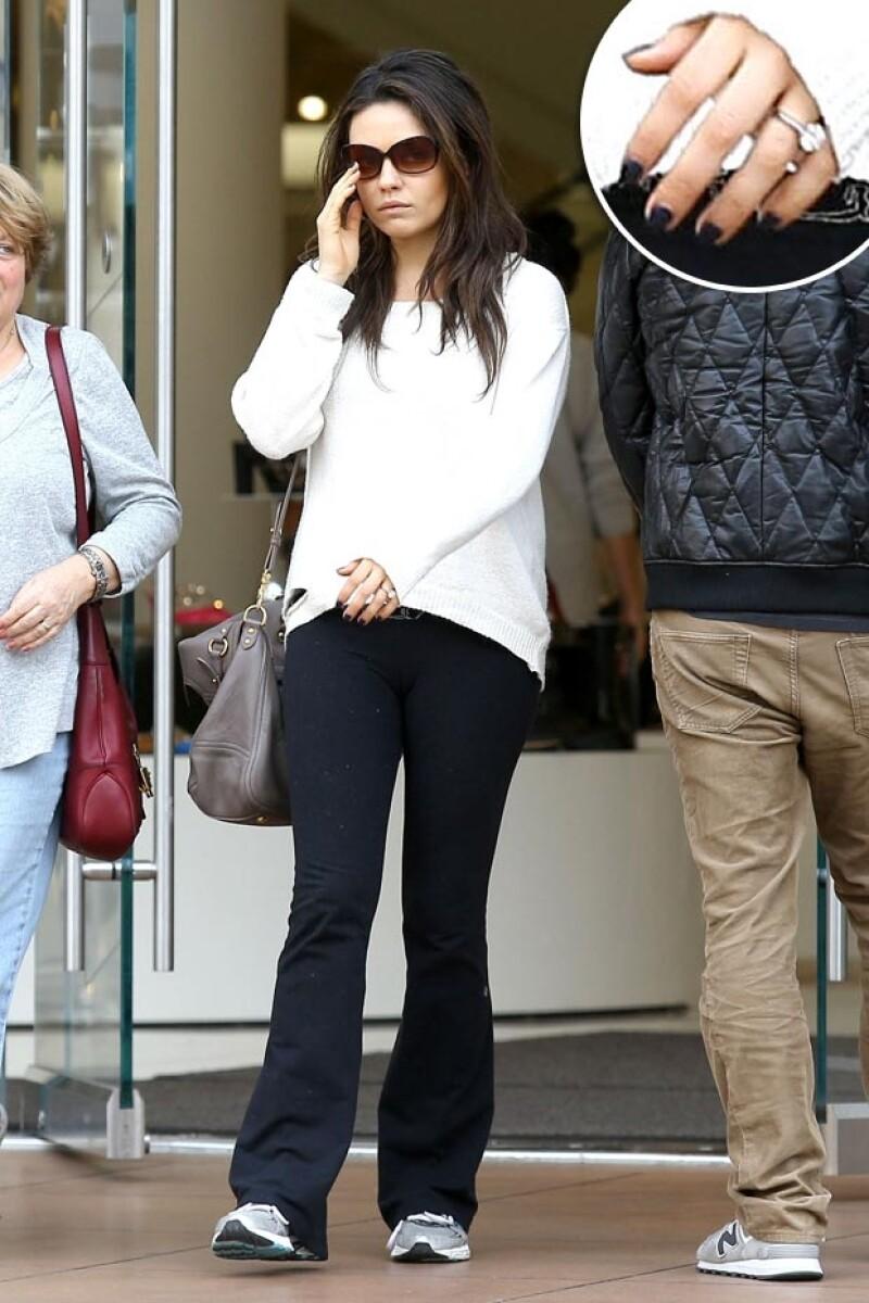 Mila Kunis fue captada usando su anillo de compromiso por primera vez.