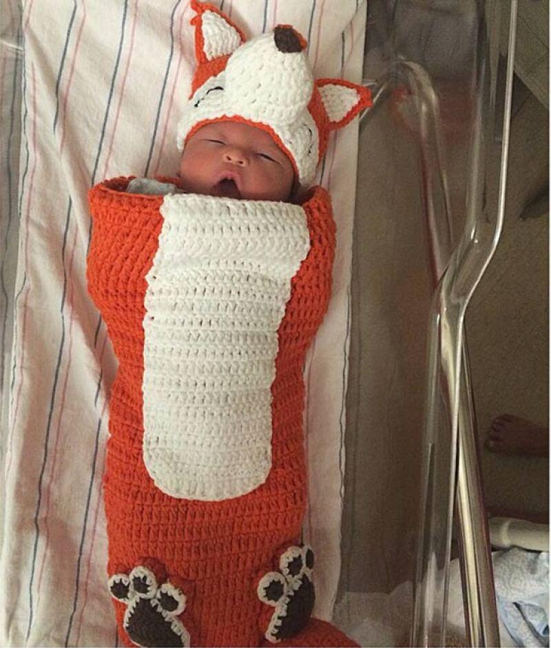 A unos días de haber dado a luz, la modelo que causó polémica por mantener durante los 9 meses de su embarazo un abdomen súper tonificado muestra a su pequeño de 4 kilos.