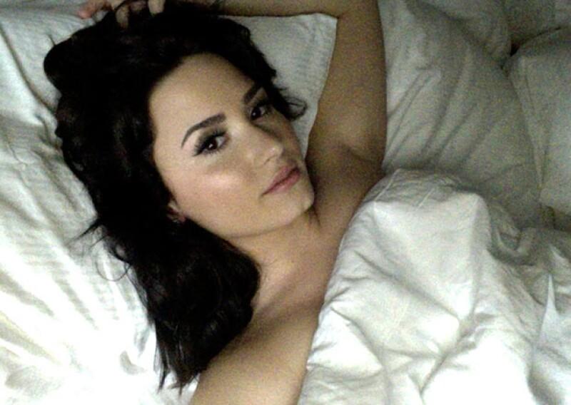 En algunas selfies Demi posa desnuda bajo las sábanas.