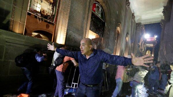Un hombre trata de calmar a los manifestantes reunidos en la Macroplaza.