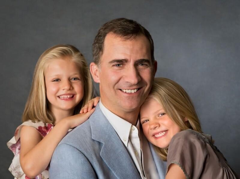 La Casa Real difundió hoy dos entrañables imágenes del futuro rey con sus dos hijas, Leonor y Sofía, mostrando su lado más cariñoso.