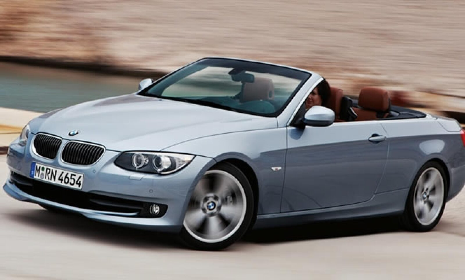 Por su parte, el BMW 320d Efficient Dynamics Edition, combina un consumo de combustible diésel de apenas 4.1 litros a los 100 kilómetros, con un valor de CO2 de 109 gramos por kilómetro.