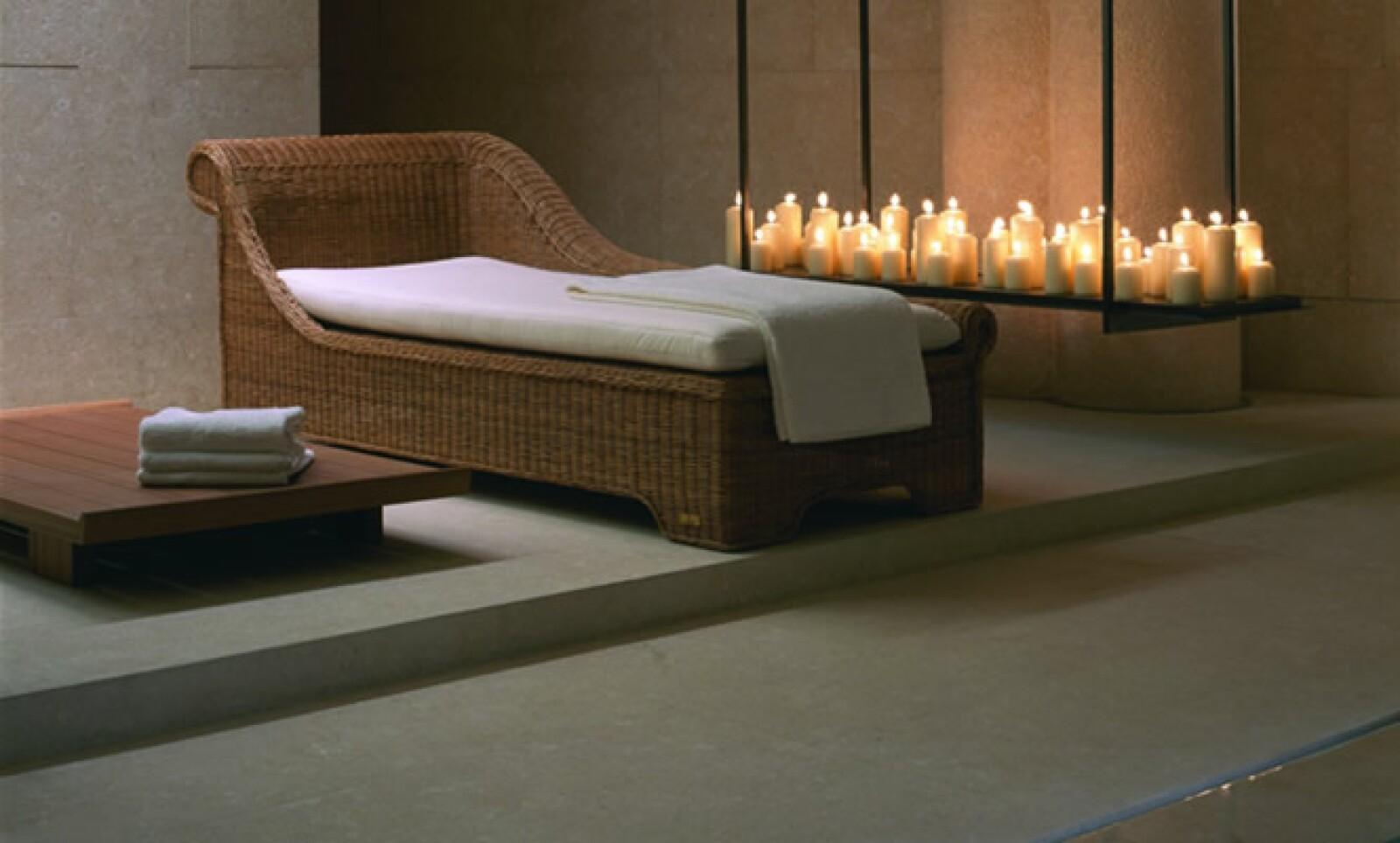 Descansa y relájate con un tratamiento de spa, junto a una alberca con mosaico de oro y esmeralda, el cual tiene mantenimiento cada dos semanas.