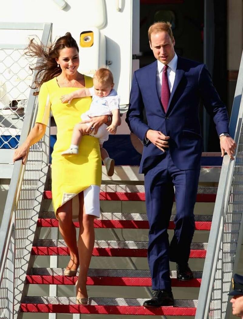 El príncipe Guillermo, Kate y George bajando del avión