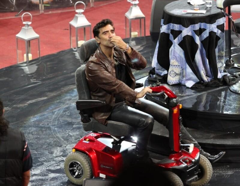Alejandro Fernández salió a cantar al Palenque de León en un pequeño carro para mantener su rodilla operada inmóvil. Después de una vuelta olímpica se instaló en el centro del escenario. .