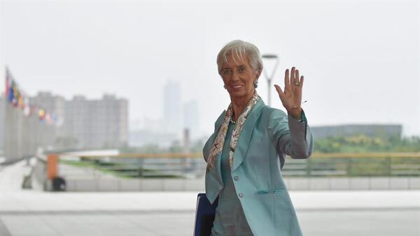 Lagarde advierte riesgos.