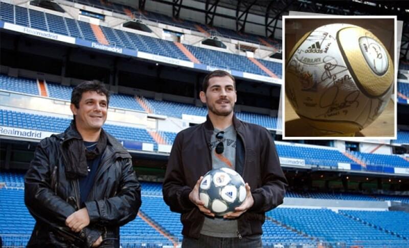 Los españoles tienen una gran amistad por lo que Casillas hizo este significativo regalo a su amigo cantante.