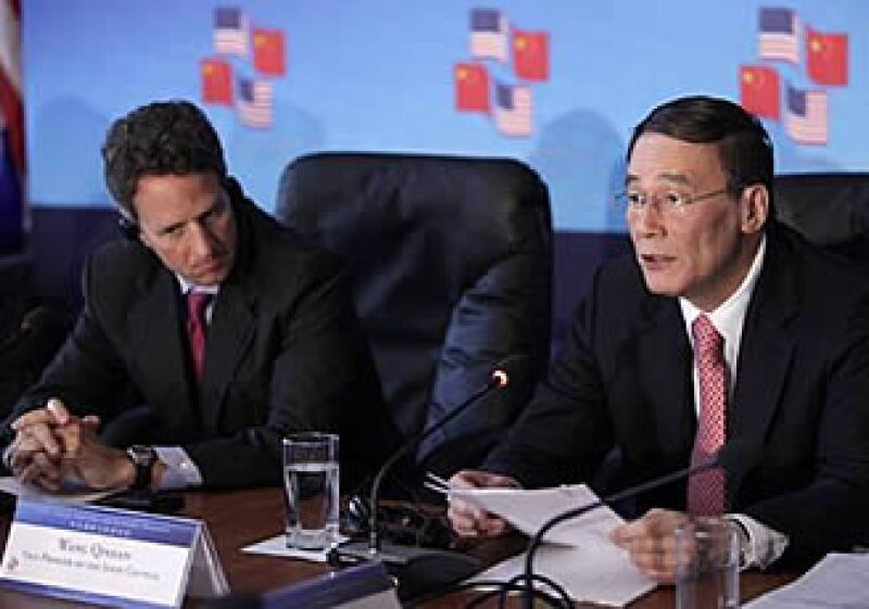 El secretario del Tesoro de EU, Timothy Geithner, y el viceministro de China, Wang Qishan, acordaron un pacto de crecimiento global. (Foto: AP)