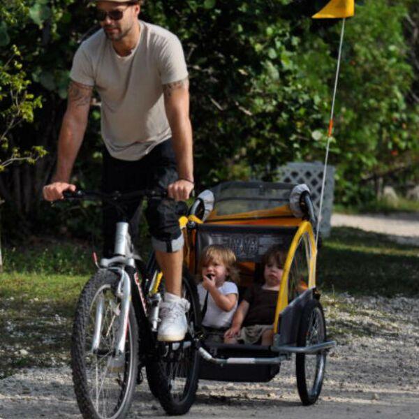 Matteo y Valentino son los niños más felices porque Ricky Martin los pasea desde su bicicleta.