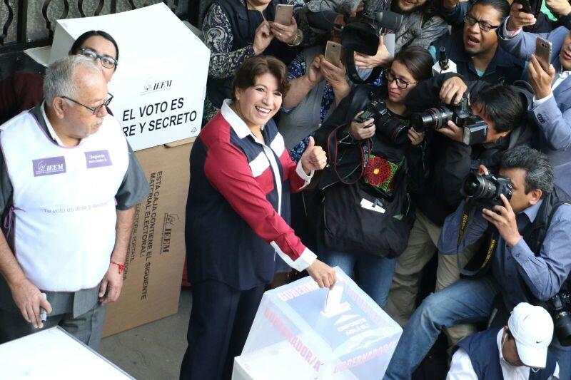 Delfina deposita su voto
