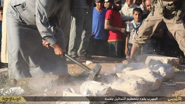 Con mazos, los militantes de ISIS destruyeron reliquias que forman parte del patrimonio de la humanidad, dijo la Unesco
