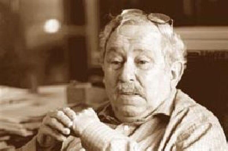 El destacado novelista y periodista hispano-mexicano falleció hoy a causa de neumonía.