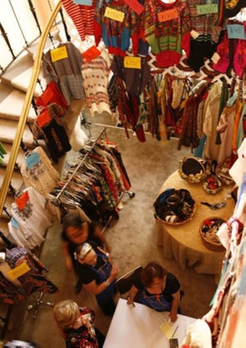 Como cada año el bazar de la Asociación de Amigos del Museo de Arte Popular se prepara para la vendimia de artículos en favor a los artesanos que exponen en este museo.