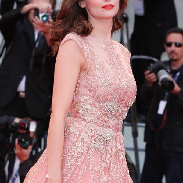 Laetitia Casta eligió un vestido rosa.