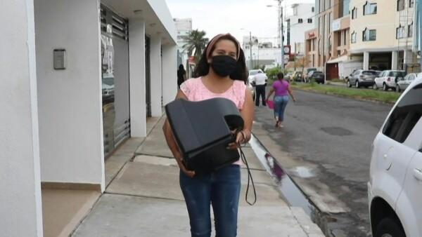 Esta maestra mexicana colecta televisiones para que sus alumnos vean sus clases