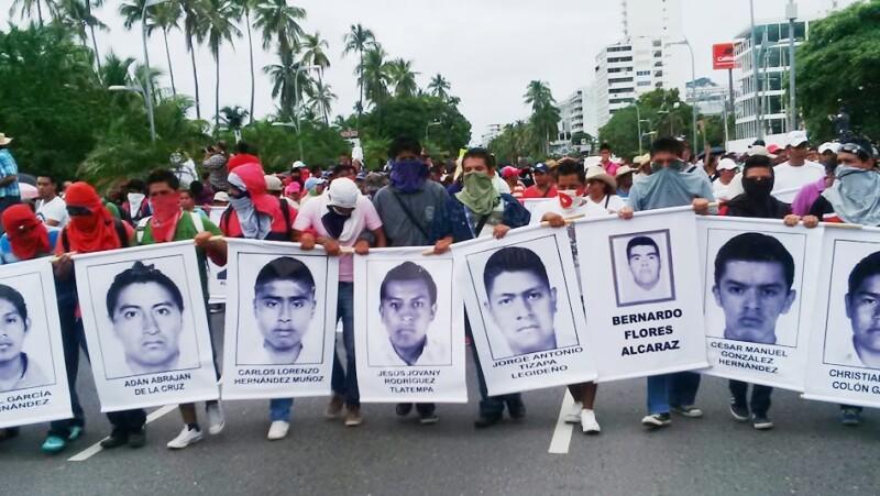 Estudiantes normalistas y maestros guerrerenses exigen se encuentre con vida a sus 43 compañeros desaparecidos