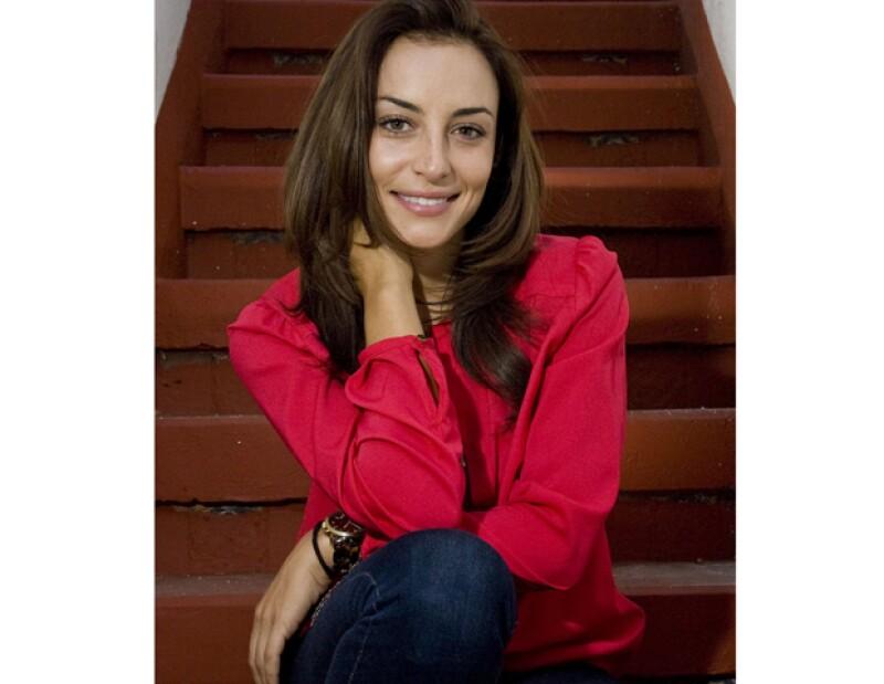 La hija de Gonzalo Vega recibió, luego de 10 años de trabajo actoral, la oportunidad de encabezar el elenco de la telenovela `Amor Cautivo´.