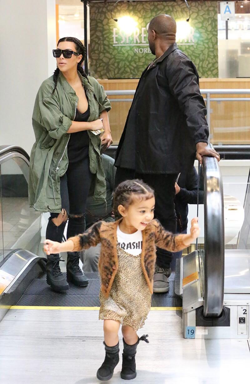 Sin importarles ser el centro de atención, la familia fue captada recorriendo el mall Westside Pavilion, en Los Ángeles.