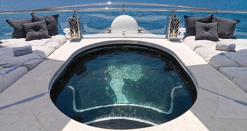 La embarcación está diseñada para 14 huéspedes y 21 de tripulación.