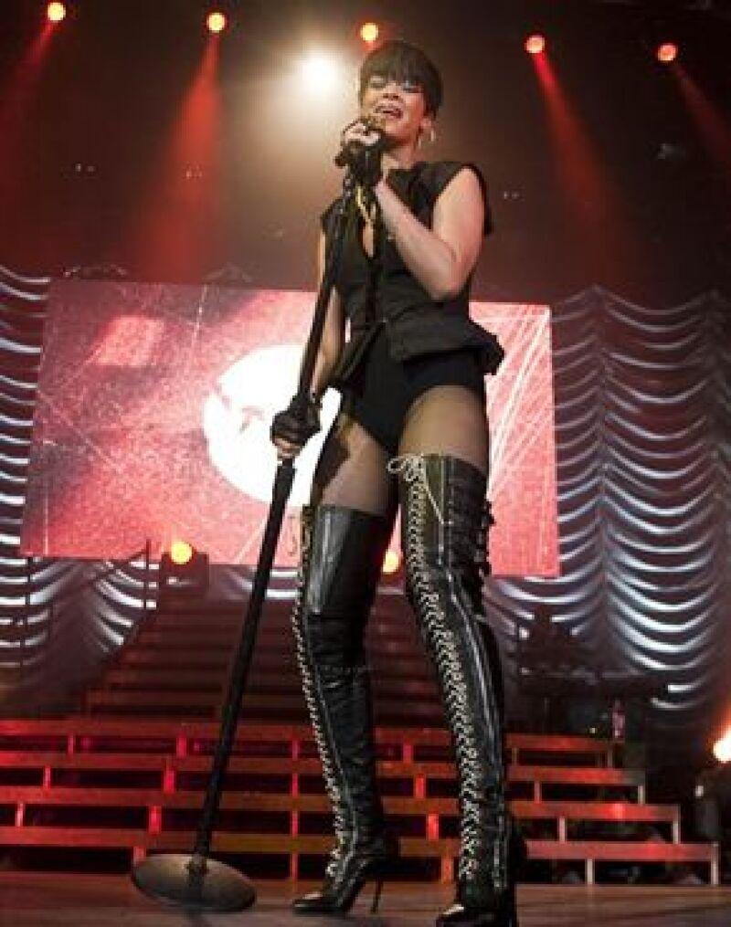La cantante refrendó su éxito ante los más de 10 mil fans que la ovacionaron en el Palacio de los Deportes.