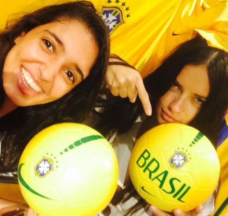 Pese a los marcadores desfavorables de su equipo en el mundial, Adriana Lima, Alessandra Ambrosio, Gisele Bündchen y Izabel Goulart se mantienen al pie del cañón por Brasil.