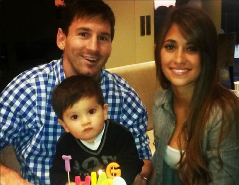 Lionel, Thiago y Antonella en plena celebración.