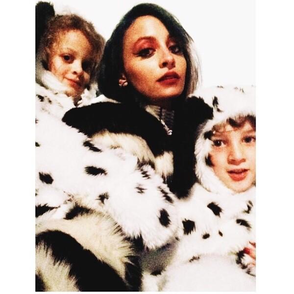 Nicole Richie eligió combinar su disfraz con sus hijos, todos vestidos como los 101 Dálmatas.